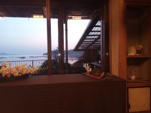 窓から見える海辺